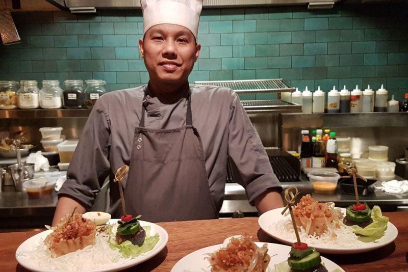 ארוחת אומקסה עם אלכוהול יפני במסעדת בית תאילנדי