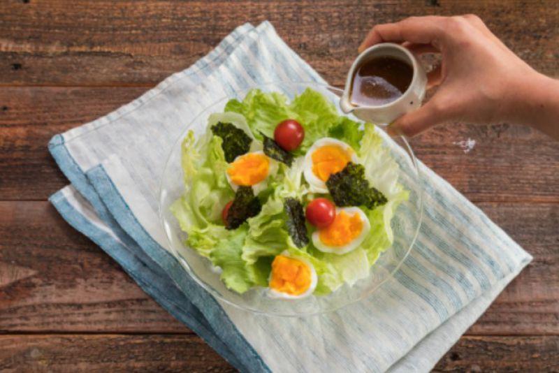 סלט ביצה וחסה ברוטב שומשום