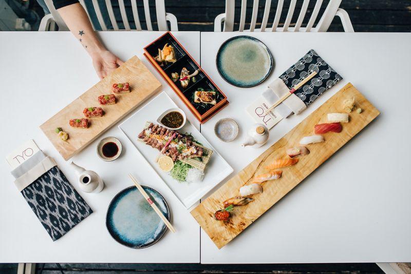 ארוחת אומקסה עם אלכוהול יפני במסעדת TYO
